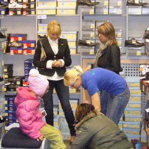 2010-10-23 akcja charytatywna Ciepłe buty na zimę (2)
