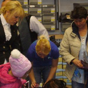 2010-10-23 akcja charytatywna Ciepłe buty na zimę (3)