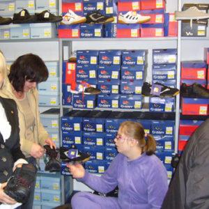 2010-10-23 akcja charytatywna Ciepłe buty na zimę (6)