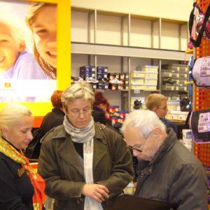 2010-10-23 akcja charytatywna Ciepłe buty na zimę (7)
